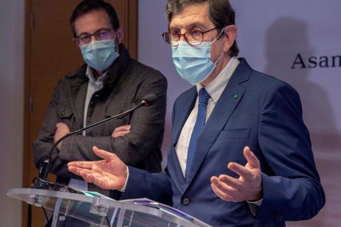 Sanidad niega que Murcia comunicara que su consejero y 400 altos cargos, incluida su mujer, iban a vacunarse