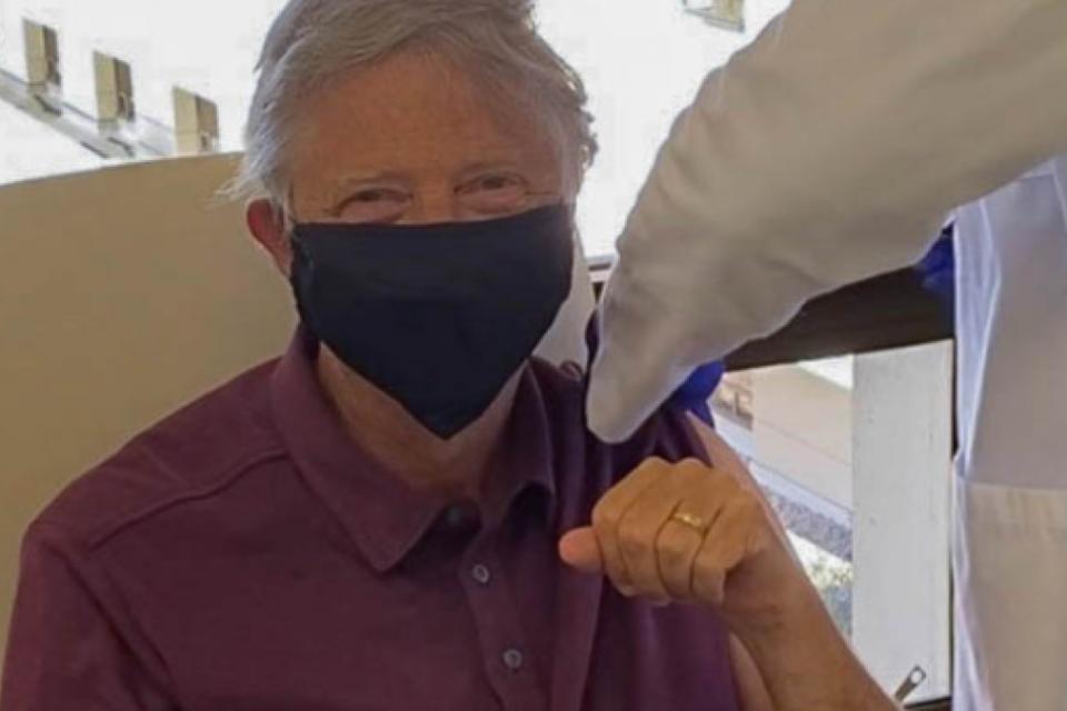 """Bill Gates recibe la primera dosis de la vacuna contra el coronavirus: """"Me siento genial"""""""