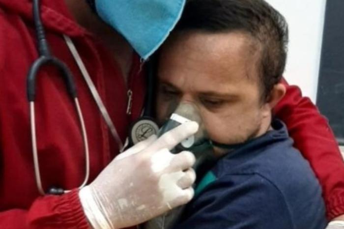 Enfermero tranquiliza con un abrazo a paciente con síndrome de Down contagiado de COVID-19