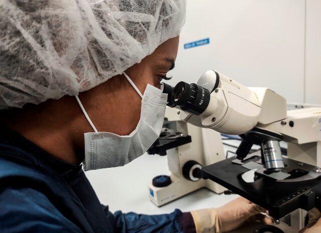 La microbiología, fuerza contra la covid-19