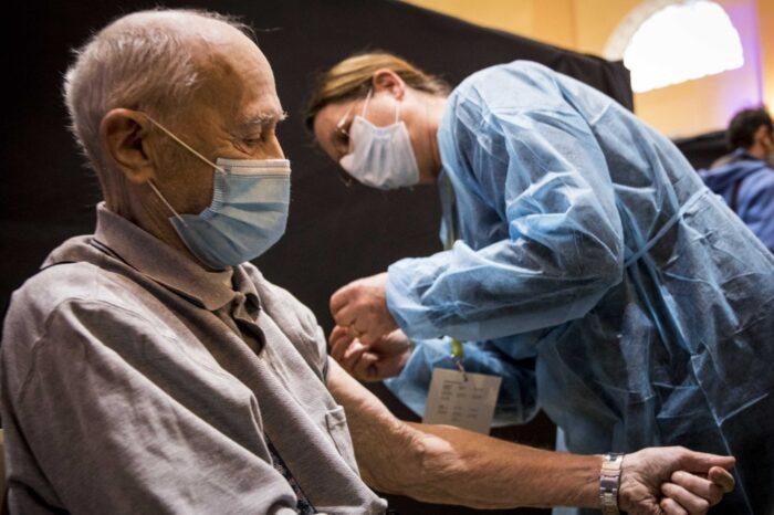 """¿Desigualdad con vacunas? OMS dice que """"no está bien"""" vacunar a jóvenes antes que ancianos en países pobres"""
