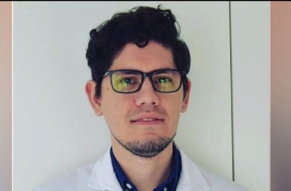 Científico colombo-venezolano trabaja en laboratorio que produce vacuna de Oxford y AstraZeneca