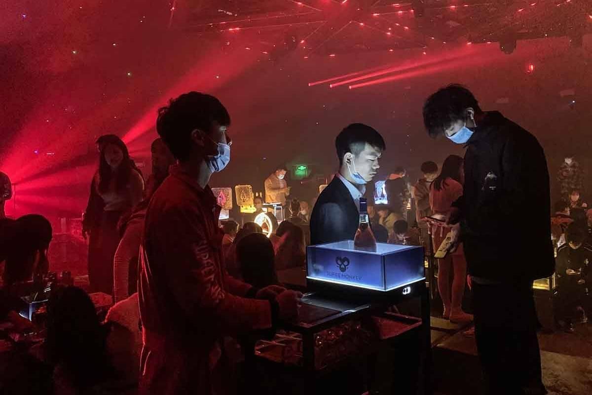 En Wuhan, la cuna del coronavirus, la vida nocturna está a tope