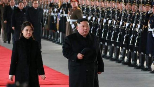 Reaparece la mujer del líder norcoreano Kim Jong-un tras más de un año de rumores y ausencia de actos públicos