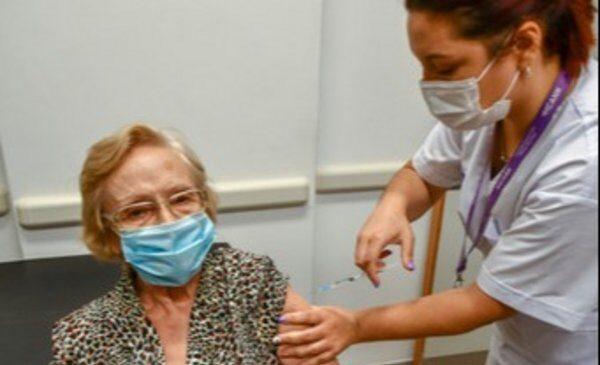 Elsa Nélida, la jubilada con la que el país superó el millón de vacunados contra el Covid
