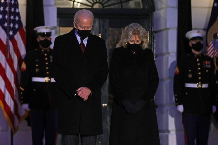 Biden guarda un minuto de silencio por el medio millón de fallecidos por coronavirus en EEUU