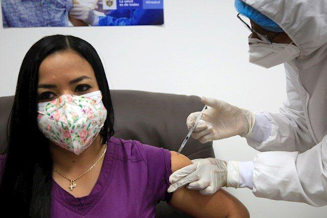 Colombia suma 4.824 casos nuevos, mientras arranca la vacunación en grandes ciudades