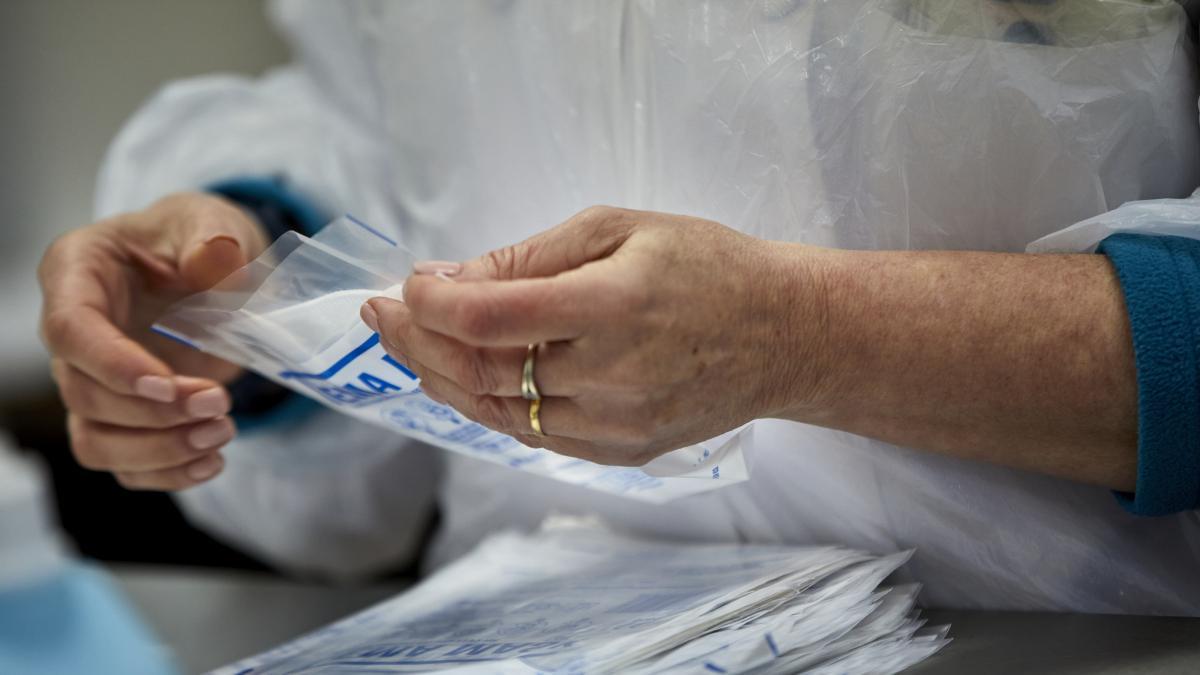 Un prestigioso científico español revela que mascarilla usa y no es ni quirúrgica ni FFP2