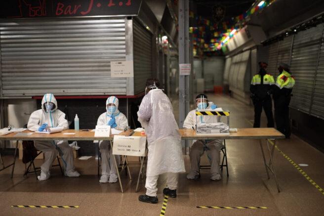 Las personas contagiadas por coronavirus cierran los colegios electorales en Cataluña
