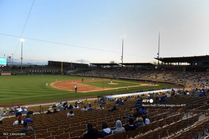 Tras levantar restricciones, California permite aficionados en las Grandes Ligas