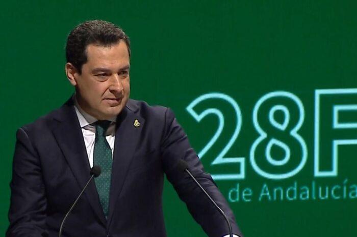 Juanma Moreno se emociona al recordar a los que sufren por la pandemia durante su discurso en el Día de Andalucía