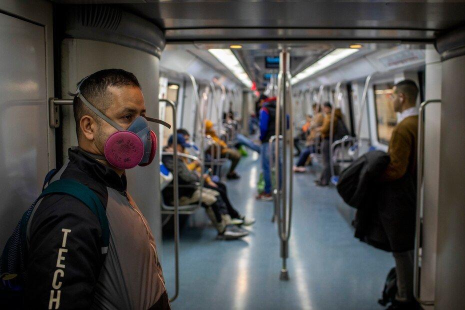 En esta fotografía de archivo del miércoles 18 de marzo de 2020, un hombre con una mascarilla para prevenir la propagación del coronavirus viaja en tren por Barcelona, España. Cuando la Organización Mundial de la Salud declaró el coronavirus una pandemia hace un año el jueves 11 de marzo, lo hizo solo después de semanas de resistir el término y mantener el virus altamente infeccioso aún podía detenerse. Un año después, la agencia de la ONU todavía está luchando por mantenerse al tanto de la ciencia en evolución de COVID-19, para persuadir a los países de que abandonen sus tendencias nacionalistas y ayuden a llevar las vacunas donde más se necesitan.