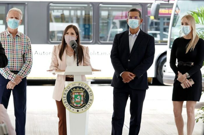 El gobernador Pedro Pierluisi entrega 10 guaguas nuevas a la Autoridad Metropolitana de Autobuses