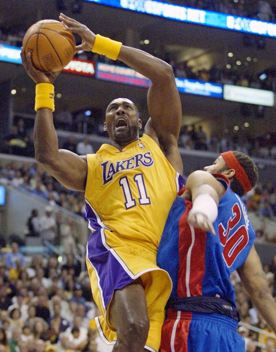 Karl Malone, el segundo mejor anotador en la historia de la NBA, jugó casi toda su carrera con el Jazz de Utah. En 2003-04, jugó su última temporada con los Lakers a los 40 años. Promedió 13.2 puntos en 42 juegos. Volvió a la final pero Los Ángeles perdieron frente a Detroit.