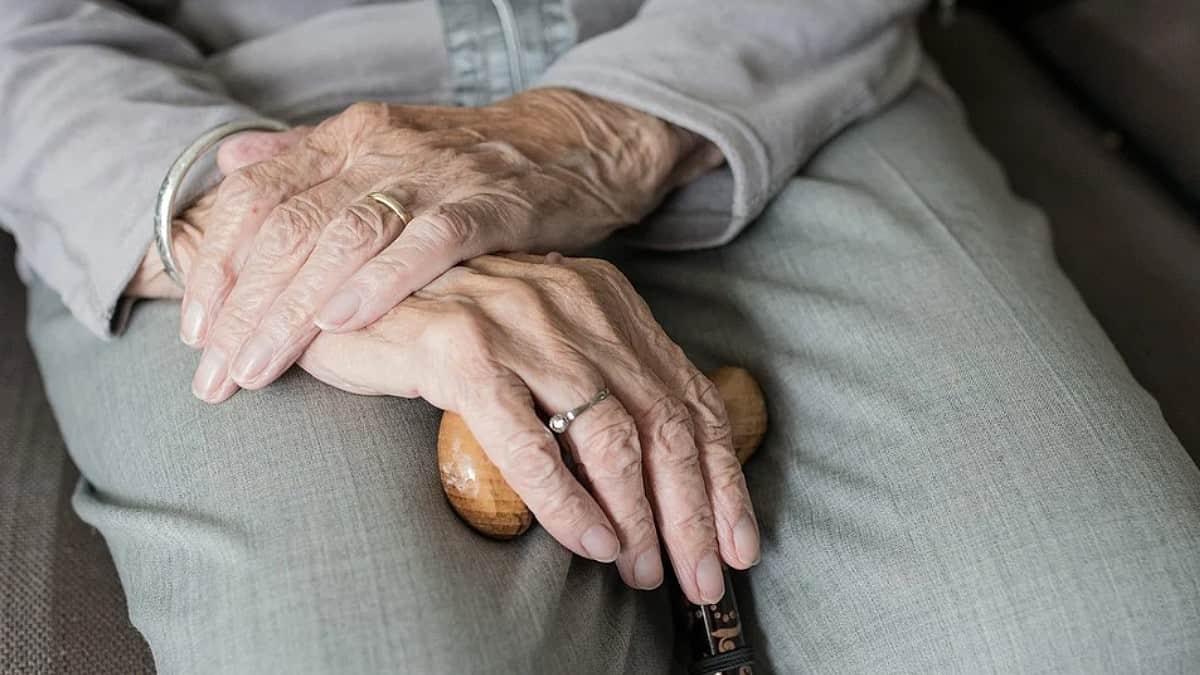 Los graves efectos que produce discriminar a los ancianos, según la OMS