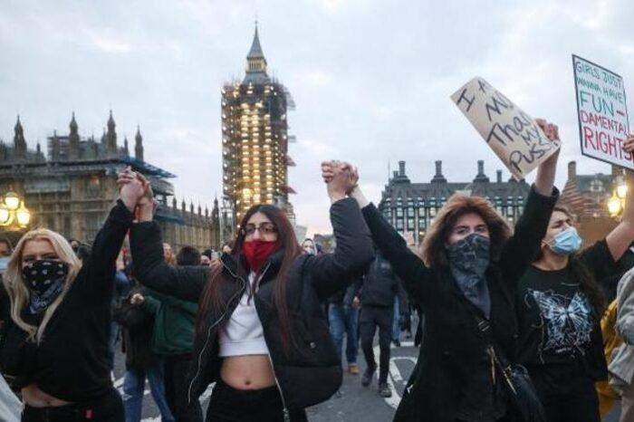El Gobierno británico busca restringir las protestas en plena explosión de ira popular