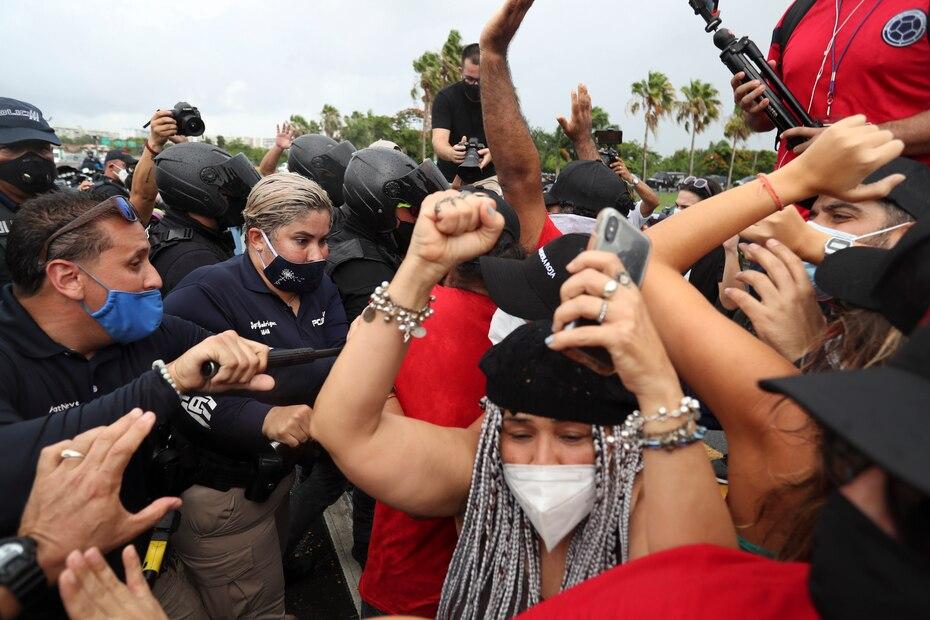 El Movimiento Socialista de Trabajadores de Puerto Rico se manifestó a la entrada del Aeropuerto Internacional Luis Muñoz Marín en Carolina para exigir el cierre de la terminal para reducir los contagios por el covid-19. La protesta culminó con el arresto de su líder Ricardo Santos Ortiz tras ser acusado de agredir a un oficial de la Policía de Puerto Rico.