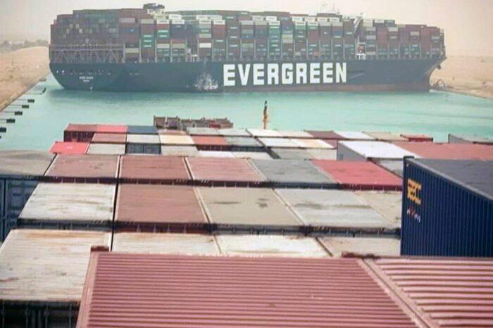 Uno de los cargueros más grandes del mundo se encalla y queda atravesado en el Canal de Suez