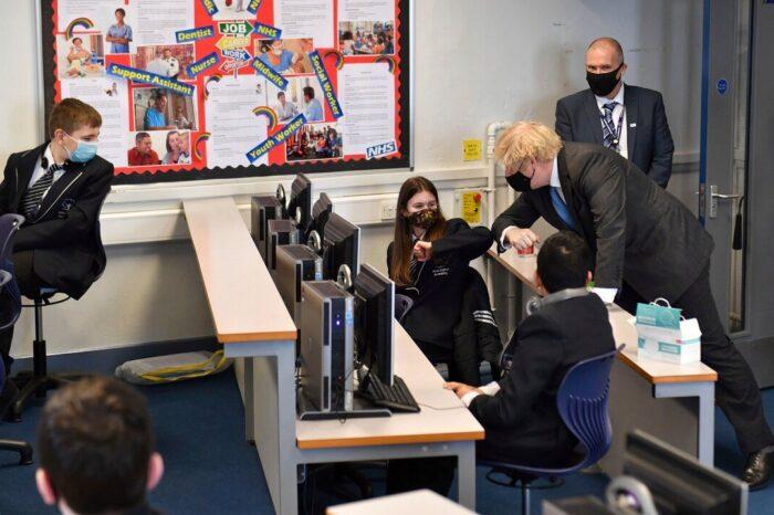 Reino Unido proveerá pruebas caseras de COVID-19 a los estudiantes que regresen a las escuelas