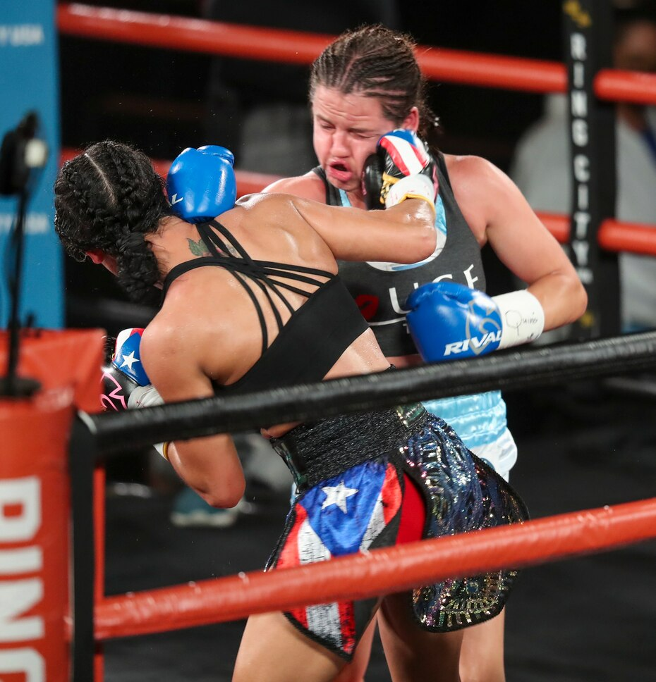Serrano, de espaldas, castiga el rostro de Daniela Bermúdez, durante el combate.