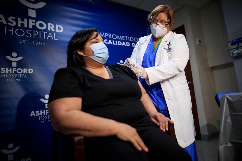 El 15 de noviembre de 2020, la epidemióloga Hilda Alemán administró la primera vacuna contra el COVID-19 en Puerto Rico a la terapista respiratoria Yahaira Alicea.
