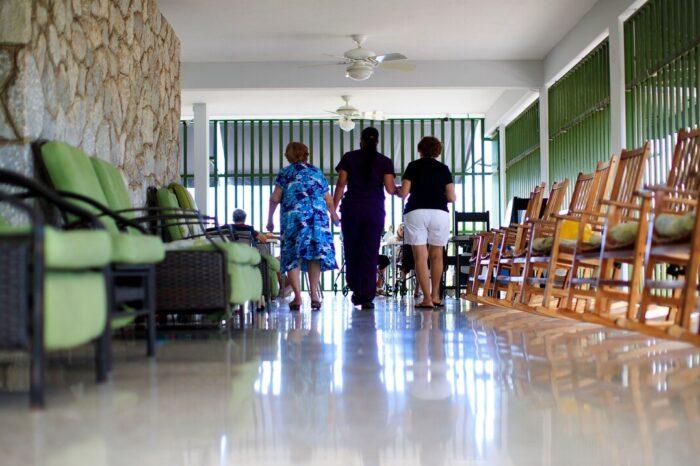 Centros de cuidado prologando y cárceles toman medidas para recibir a familiares