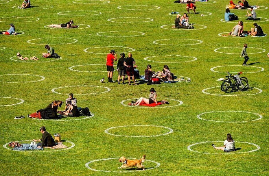Círculos diseñados para ayudar a prevenir la propagación del coronavirus fomentando el distanciamiento social en el parque Dolores de San Francisco, el jueves 21 de mayo de 2020.