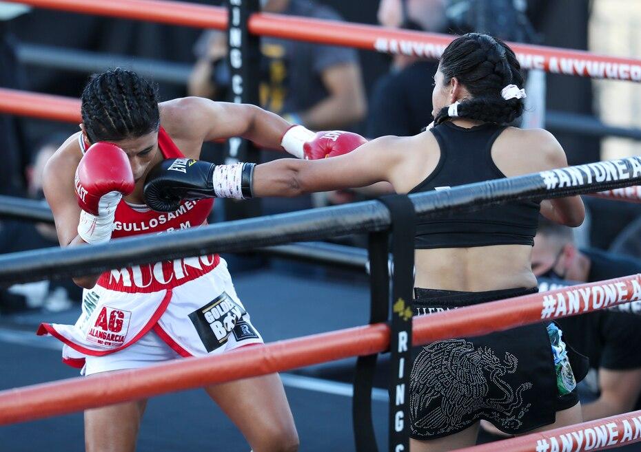 El combate entre Arely Murcino, a la izquierda, y Lucía Hernández, también fue parte del espectáculo.