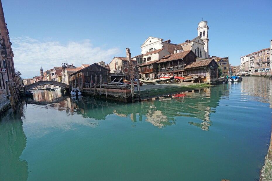 El cielo ha recuperado el color azul en muchas ciudades debido a las cuarentenas por el coronavirus; en Venecia, los canales se han vuelto tan transparentes que en el fondo pueden verse bancos de peces.