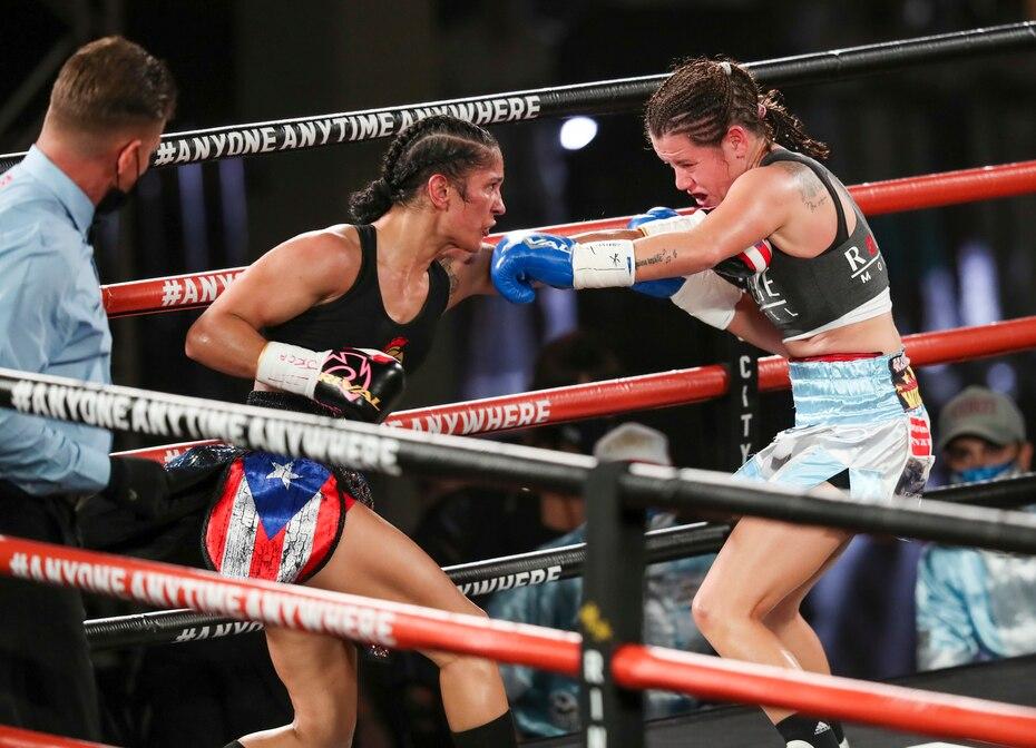 La boxeadora boricua Amanda Serrano -a la izquierda- derrotó por nocaut en el noveno asalto a la argentina Daniela Bermúdez para confirmar su reinado en las 126 libras.