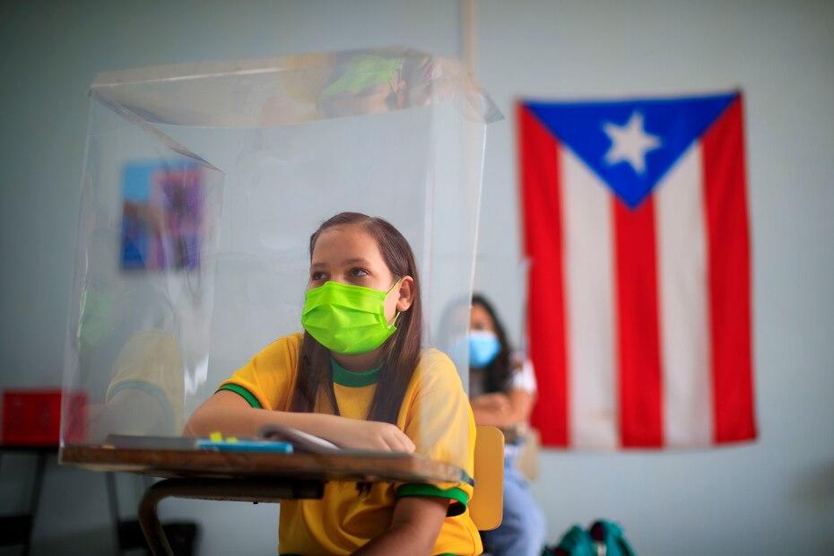 Tras casi un año tomando clases a distancia, el gobernador Pedro Pierlusi permitió la apertura de las escuelas y colegios de Puerto Rico a partir del 3 de marzo de 2021.