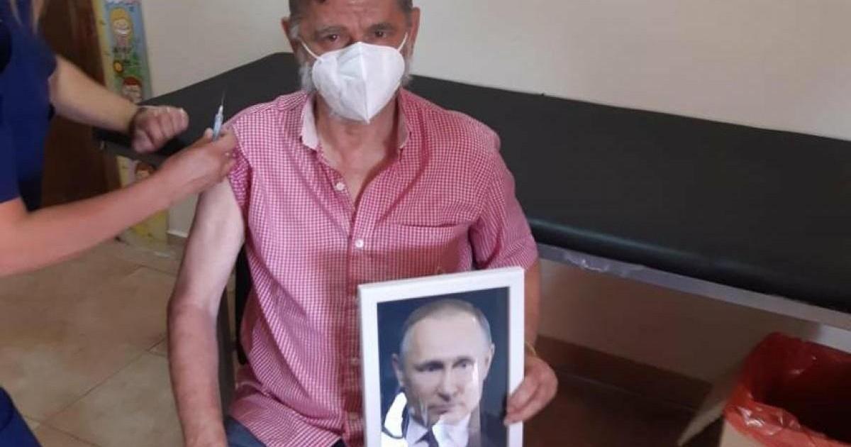 """Intendente se vacunó con una foto de Vladimir Putin en la mano: """"Decían que nos iba a envenenar y nos está salvando la vida"""""""