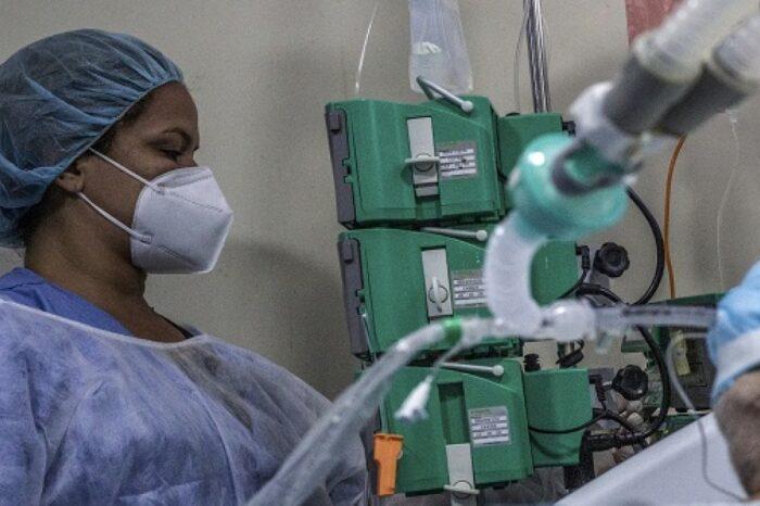 Colombiano que lidera estudios COVID en Brasil aseguró que esa cepa dura más tiempo en el cuerpo