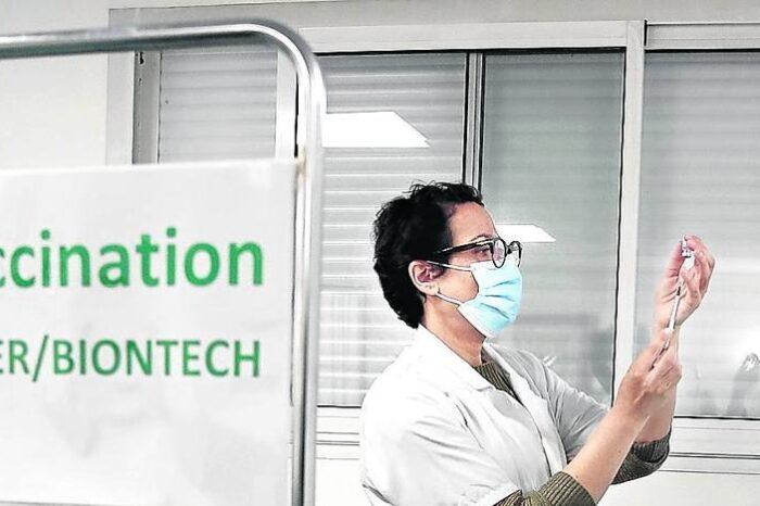 Francia amenaza con obligar a los médicos a vacunarse