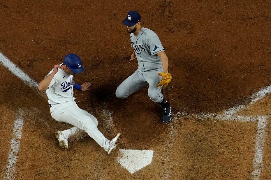Los Dodgers igualaron el partido en la sexta luego de un lanzamiento salvaje de Anderson que llevó a Barnes a anotar.
