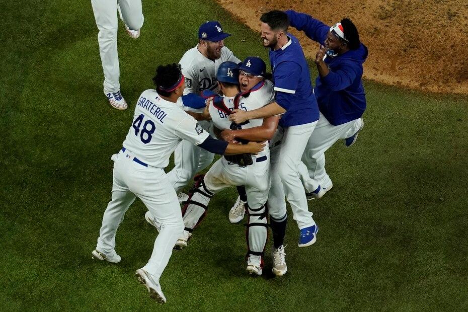 Los Dodgers festejan su primer campeonato en 32 años luego de derrotar a los Rays 3-1 en el sexto juego de la Serie Mundial.