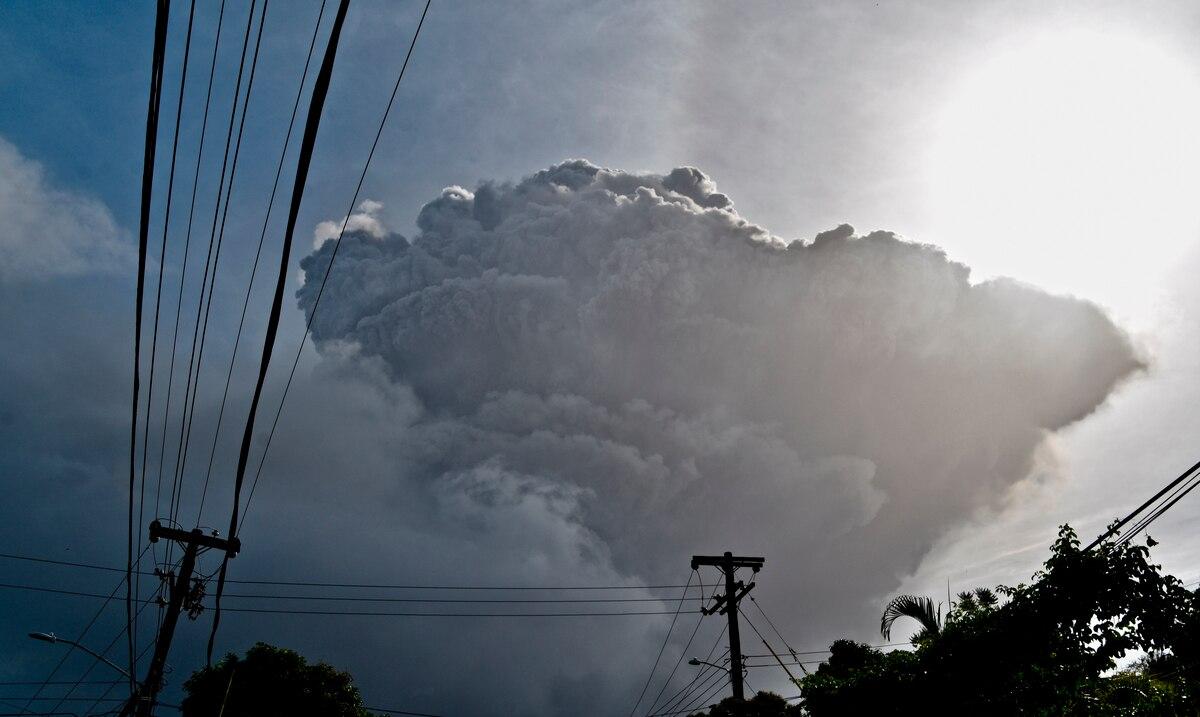 Siguen las evacuaciones mientras continúa erupción de volcán en San Vicente