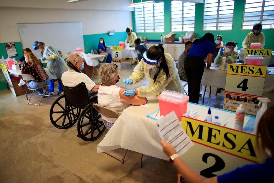 La Guardia Nacional organizó múltiples estaciones para atender a las personas que se dieron cita para ser vacunados.