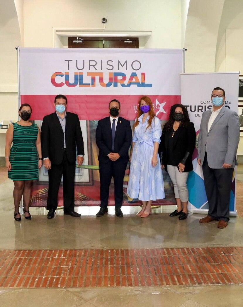 De izquierda a derecha: Emileydi Sandoval, subdirectora ejecutiva de la Corporación de Artes Musicales (CAM); Darnie Muñoz, director ejecutivo interino de CAM; Carlos Mercado, director ejecutivo de la Compañía de Turismo de Puerto Rico (CTPR); Imaris Arocho, directora de Promoción y Mercadeo de CTPR; Yabetza Vivas Irizarry, coordinadora administrativa de la Orquesta Sinfónica de Puerto Rico; y Manuel Cardona Martínez, presidente de la Junta de Directores de CAM.