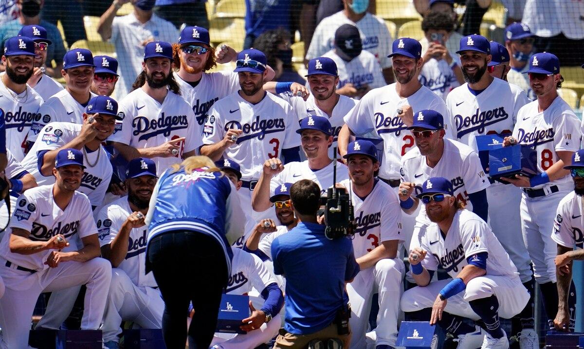 El boricua Edwin Ríos y los Dodgers reciben los anillos de campeonato de Serie Mundial