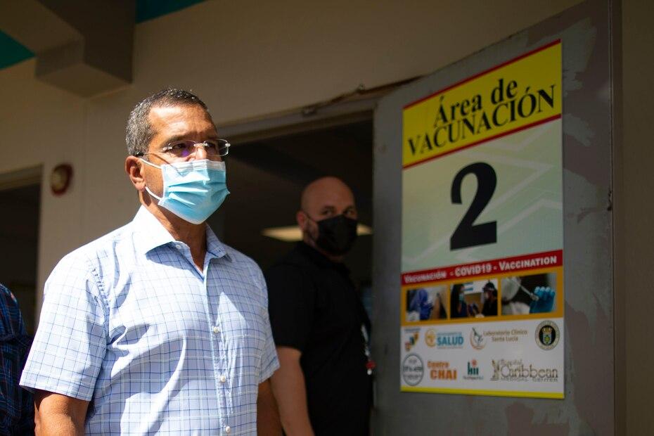 El gobernador Pierluisi llega a la escuela María M. Simons de Rivera en Vieques, donde se llevó a cabo la vacunación.