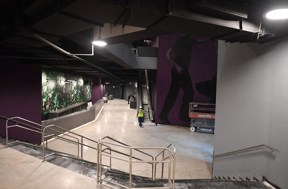 La sala cuenta con siete barras distribuidas a en sus tres niveles.