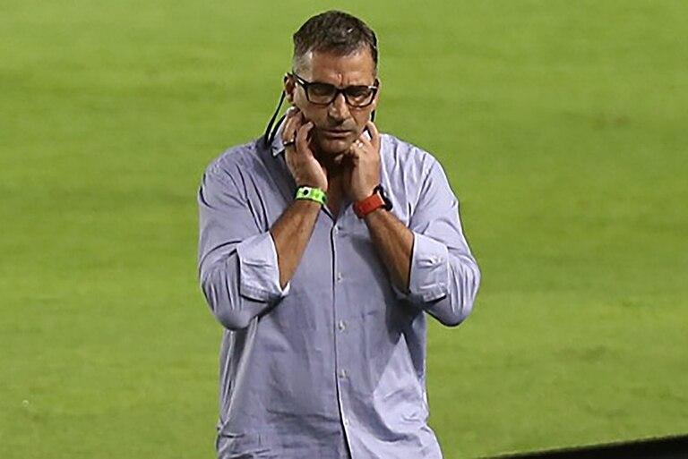 Juan Antonio Pizzi, DT de Racing, vivió con incredulidad el final, aunque terminó festejando el triunfo de Racing sobre Independiente