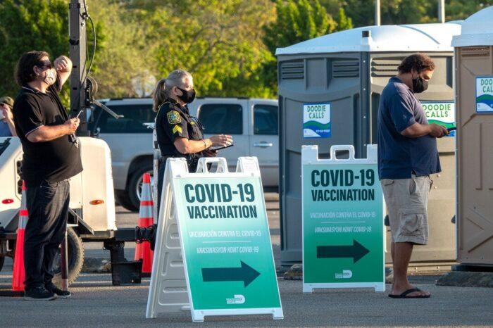 Florida elimina los límites de edad en la vacunación de adultos contra el COVID-19