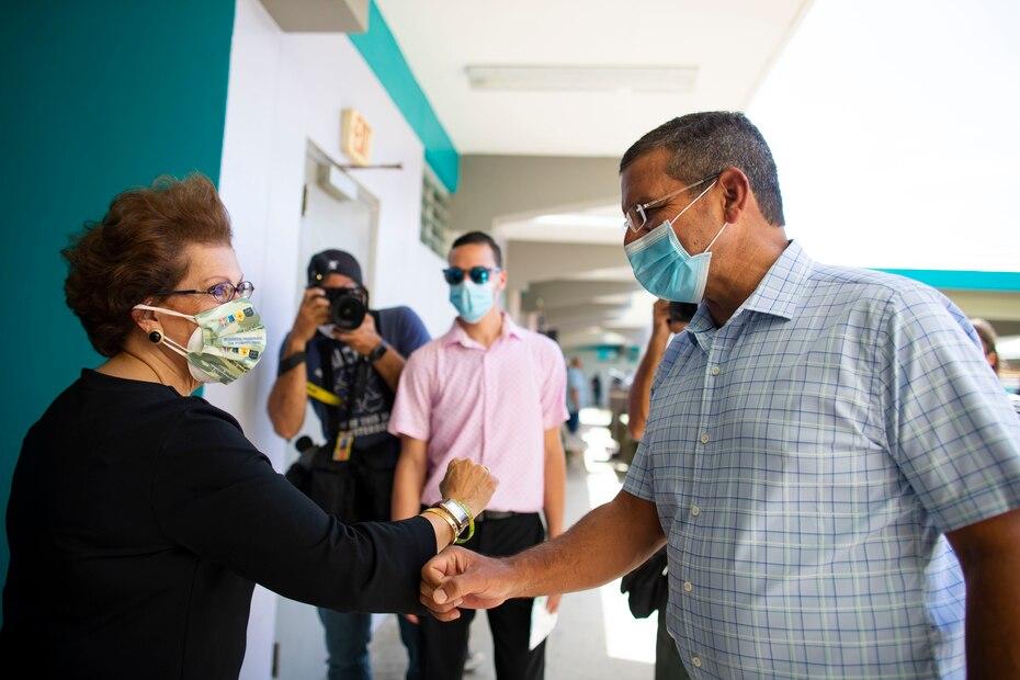 El mandatario saluda a personal de la escuela que se preparaba para iniciar el proceso de vacunación.