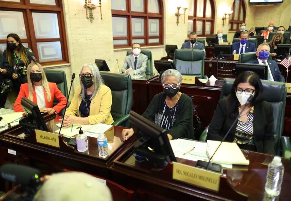 Las legisladoras (de izq. a der.) Joanne Rodríguez Veve, Lisie Janet Burgos Muñiz, Ana Irma Rivera Lassén y Mariana Nogales durante el mensaje de Pierluisi.