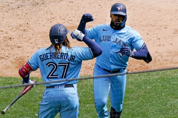 El dirigente Charlie Montoyo y los Blue Jays pican adelante con triunfo sobre los Yankees