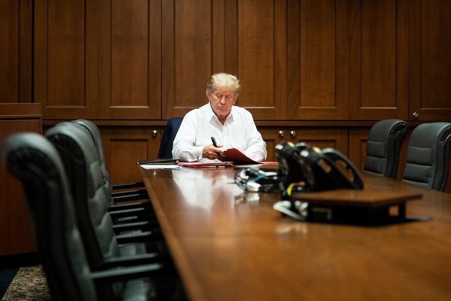 En esta imagen publicada por la Casa Blanca, el presidente Donald Trump trabaja en su sala de conferencias en el Centro Médico Militar Nacional Walter Reed en Bethesda, Maryland, el sábado 3 de octubre de 2020, luego de dar positivo por COVID-19.