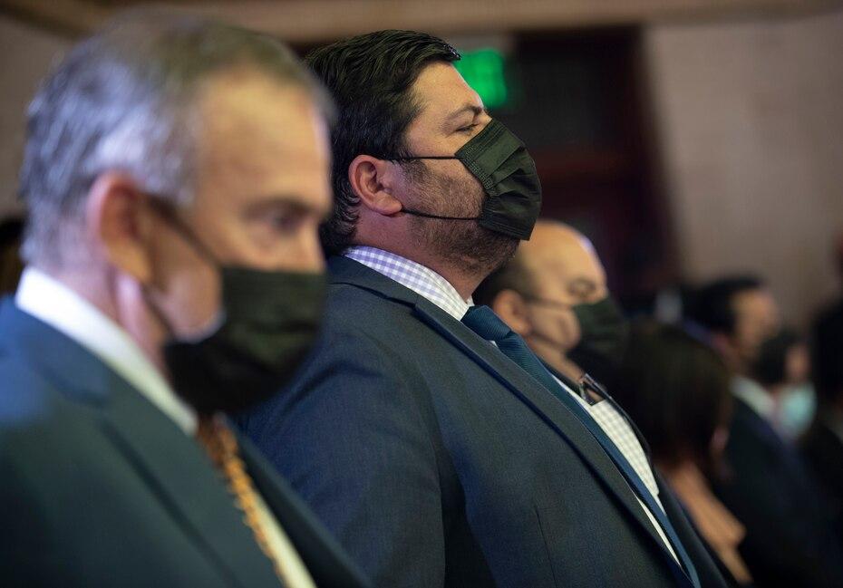 El designado secretario del Departamento de Salud, Carlos Mellado (centro), escucha el mensaje del gobernador Pierluisi junto al director del Departamento de Desarrollo Económico y Comercio (DDEC), Manuel Cidre (izq.).