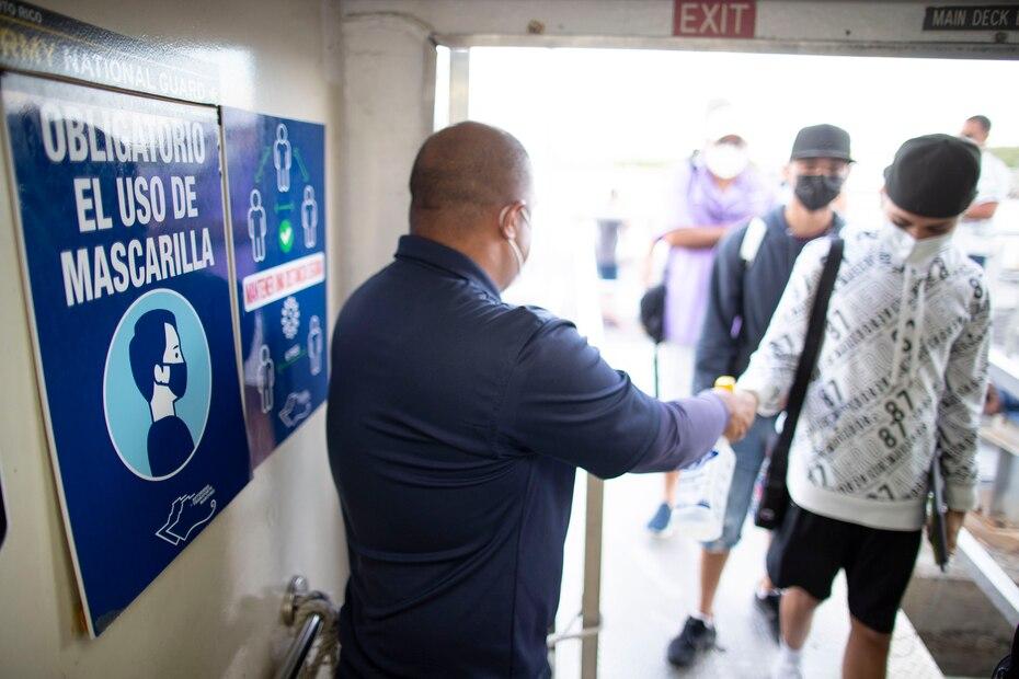 El personal del ferry recibió a los pasajeros siguiendo estrictos protocolos para minimizar la posibilidad de contagios.